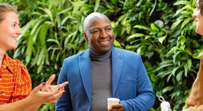 Deeltijd studenten aan tafel in gesprek met docent