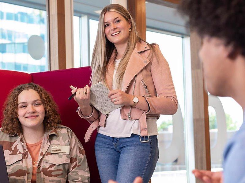 Voltijd studenten luisteren naar uitleg Almere