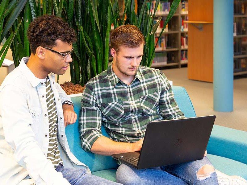 Voltijd studenten achter laptop Zwolle