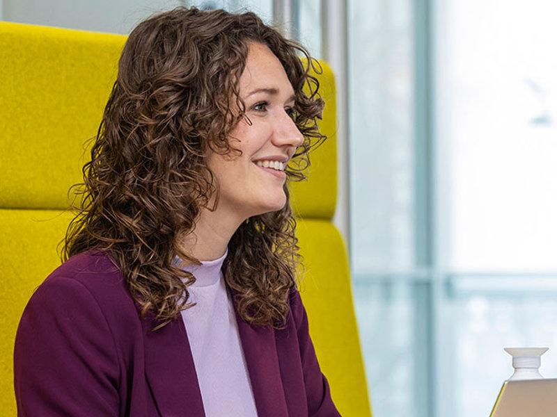 Voltijd studenten buiten met laptop Zwolle