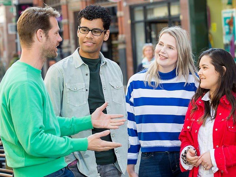 Voltijd studenten aan het praten in het centrum van Zwolle