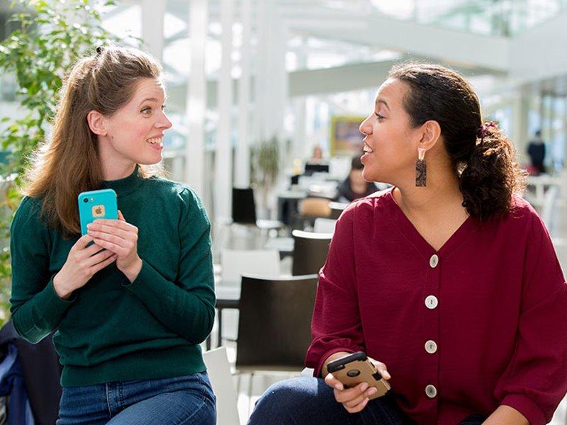 Twee deeltijd studenten praten en lachen