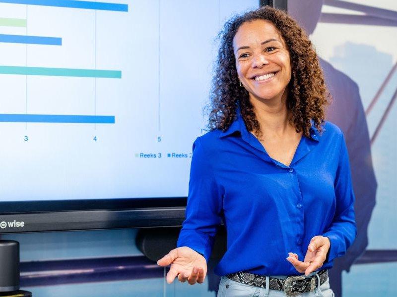Deeltijd studenten lachend achter laptop