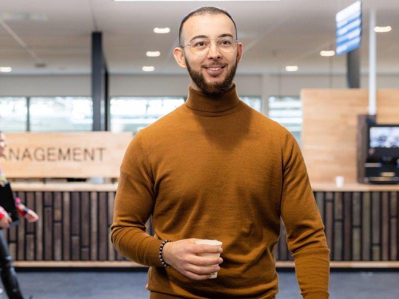 Deeltijd studenten lachend op loopbrug