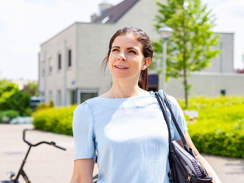 Deeltijd student buiten in woonwijk