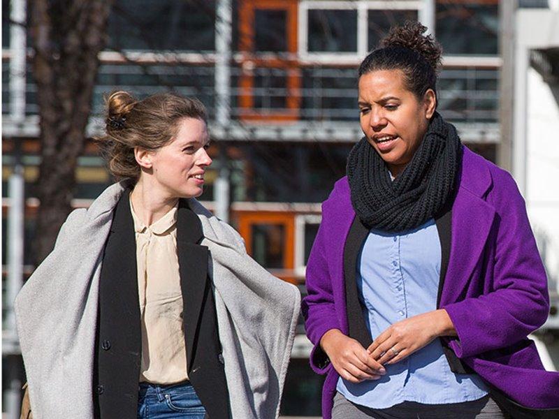 Twee deeltijd studenten praten buiten