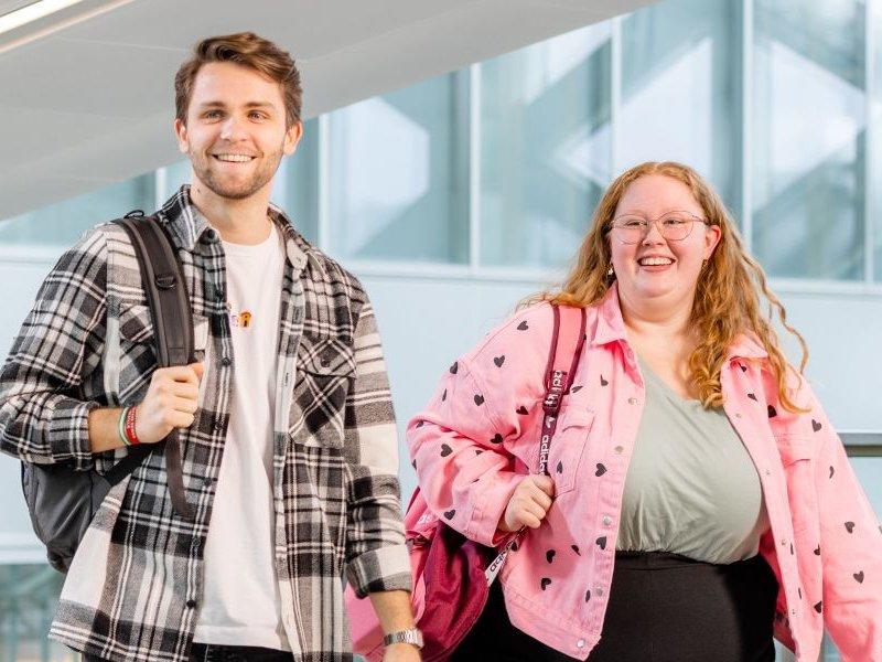 Voltijd studenten buiten voor X-gebouw Zwolle