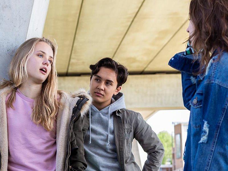 Studenten converseren buiten Social Work Voltijd