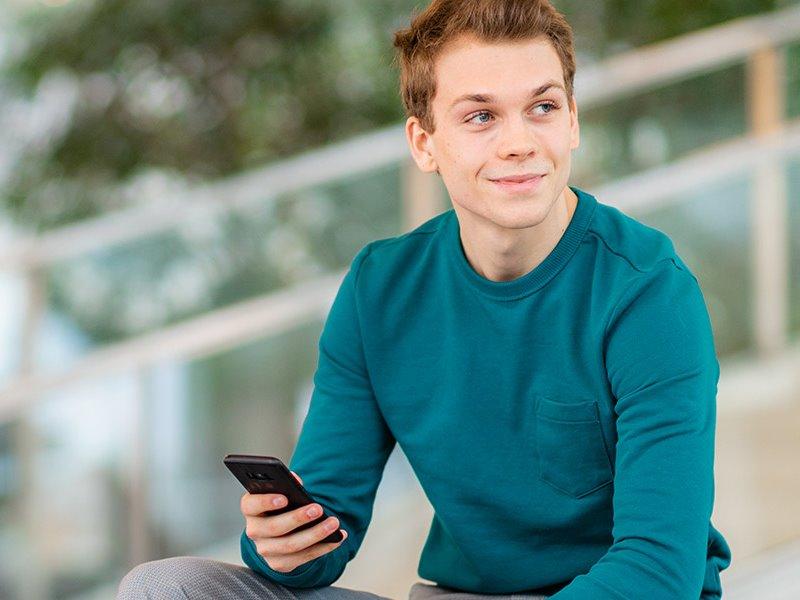 Voltijd student op telefoon Zwolle