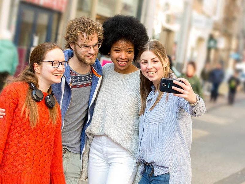 Groepje voltijd studenten maken selfie Zwolle