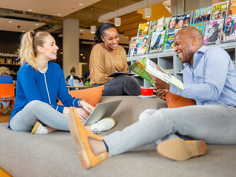 Groepje deeltijd studenten lachen en studeren