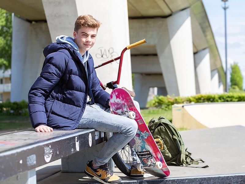 Student buiten met skateboard Social Work Voltijd